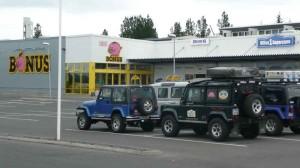 Jeeps und Landis in Eglisstadir warten zum Bunkern von Lebensmitteln vor dem Bonus