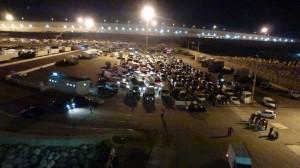 noch immer warten all diese Auto's in Tanger-Med eine Stunde nach offiz. Abfahrtszeit auf die Ladung